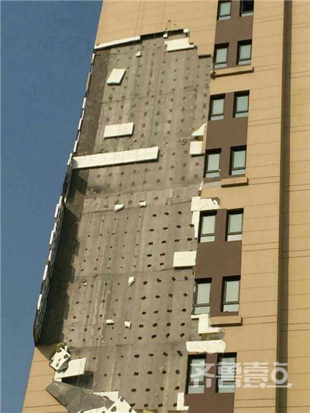 济南小区4号楼5-11层的保温墙大面积掉落
